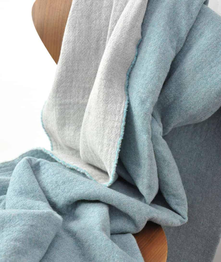 aquablauer luxus merinowoll decke