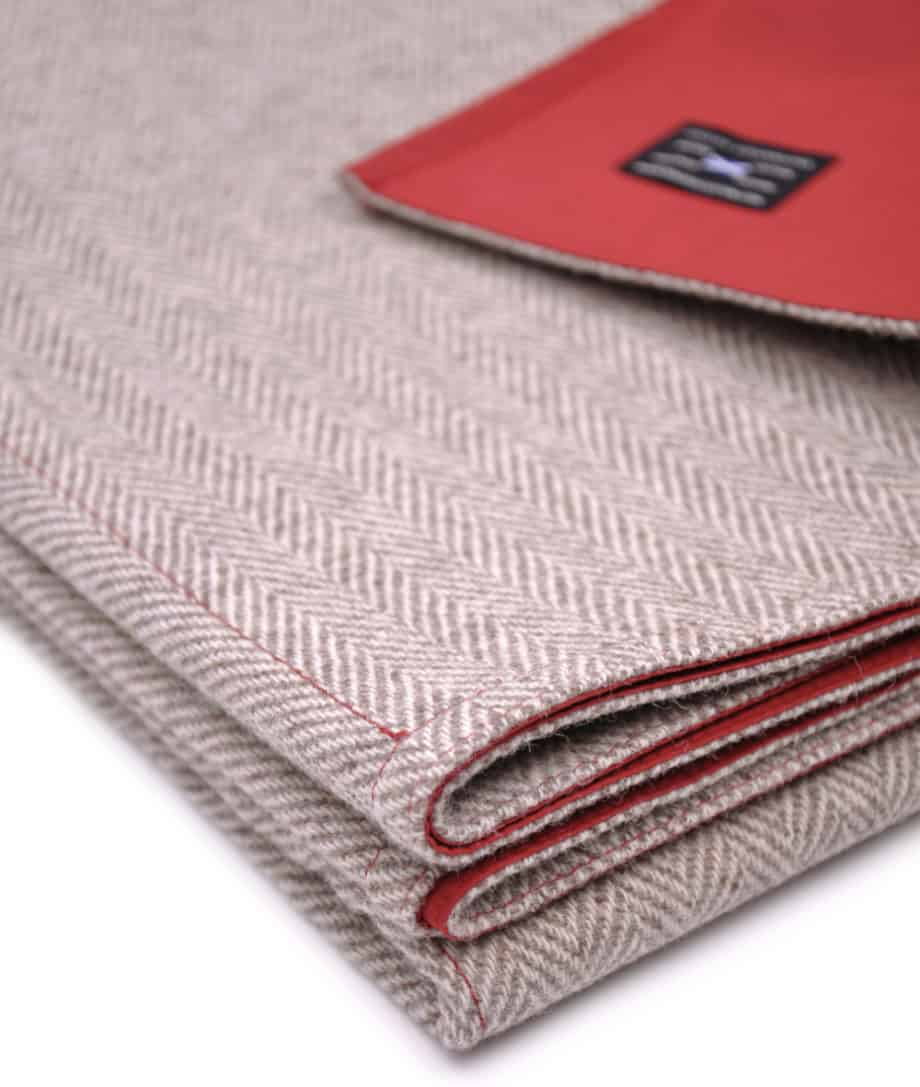 close_up-eco-wool-waxed-cotton-ruby-red-picnic-blanket-socosy-products-online